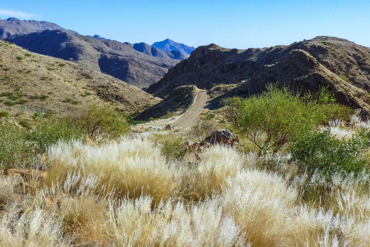 Szenerie in den Naukluft-Bergen im Osten des Namib-Naukluft-Nationalparks - hier findet man schroffe Felsen und spektakuläre Canyons, Namibia - © FRASHO / franks-travelbox