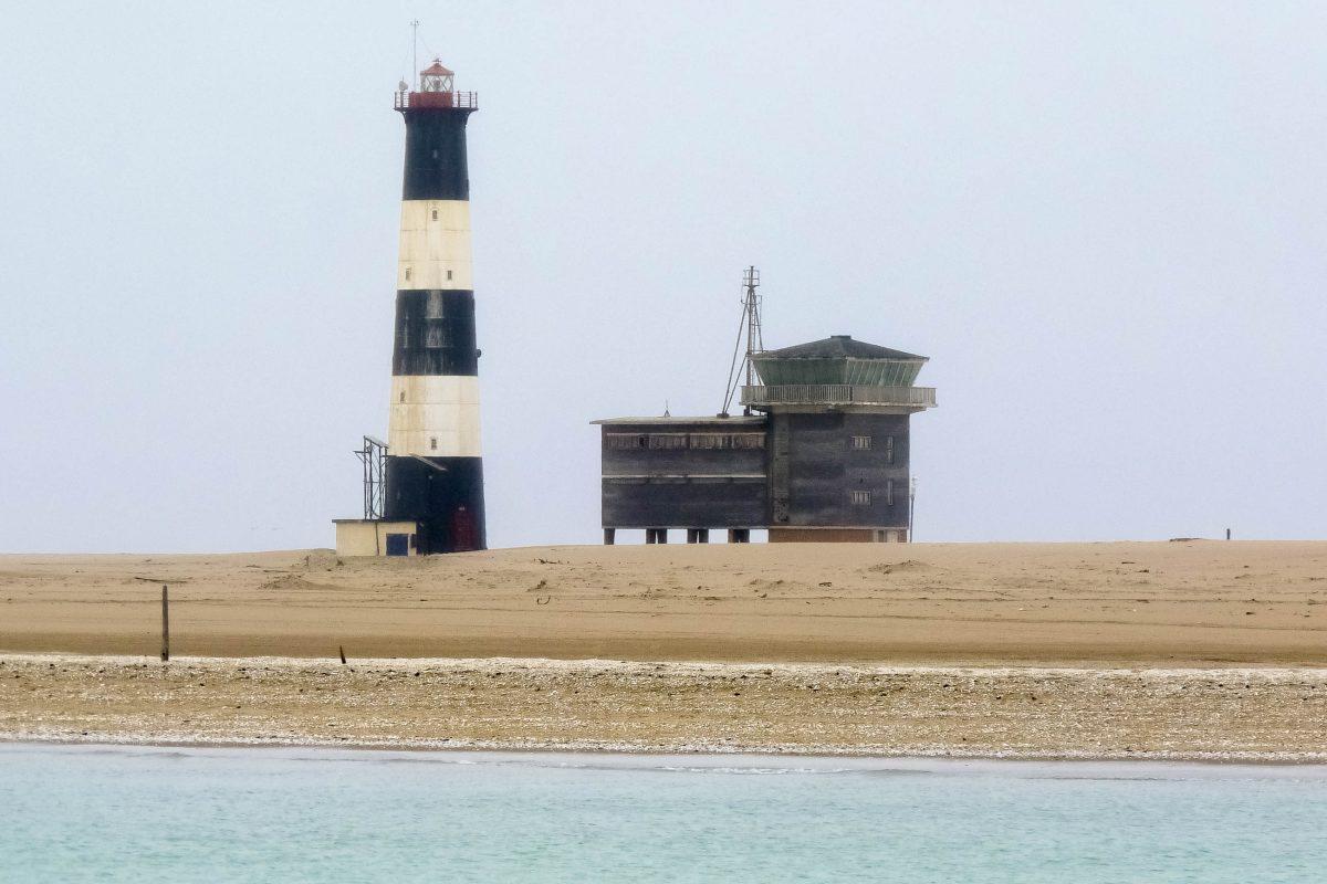 Auf der nordwestlichen Landzunge von Walvis Bay wurde ein markanter schwarz-weiß gestreifter Leuchtturm errichtet, Namibia - © FRASHO / franks-travelbox