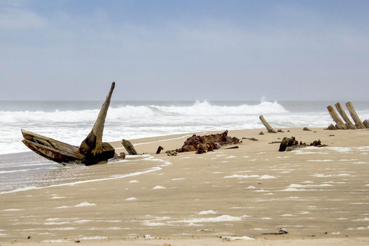 Wie verfaulte Zähne ragen die Überreste der verunglückten Schiffe aus dem Sand der Skelettküste in Namibia - © Valdecasas / Shutterstock