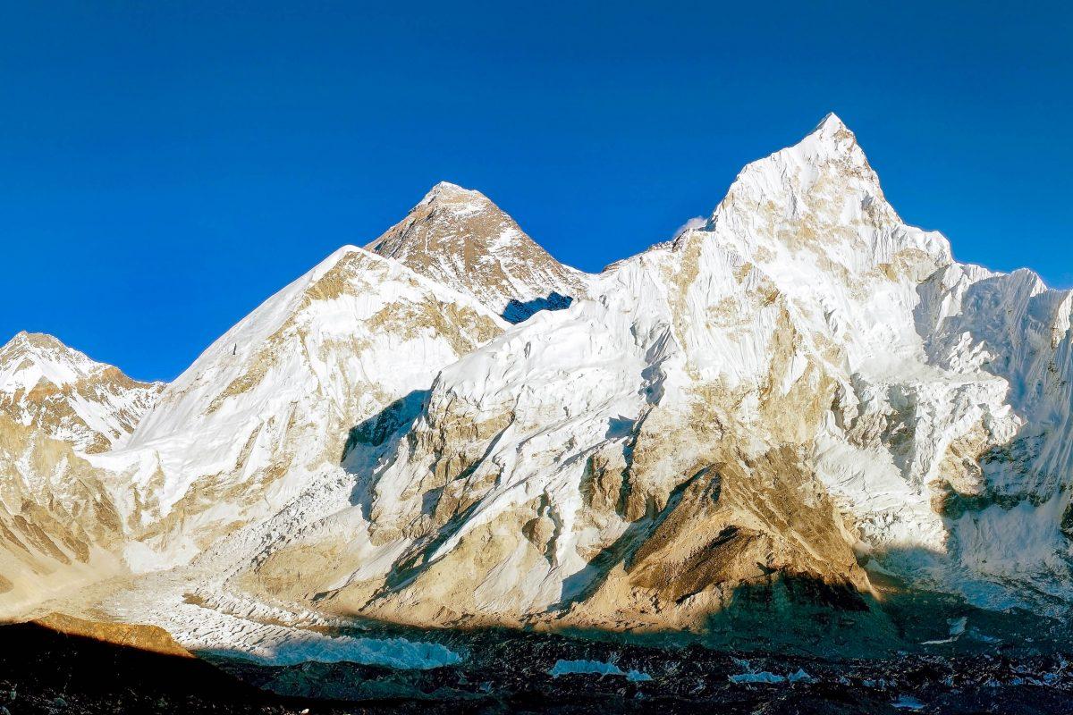 """Blick auf den Mount Everest und seinen """"kleinen"""" Nachbarn mit 7.861m Höhe den Nuptse im Sagarmatha Nationalpark, Nepal - © Daniel Prudek / Shutterstock"""