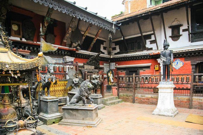 "Der Goldene Tempel von Patan ist auch unter dem komplizierten Namen ""Hiranya Varna Mahavihara"" bekannt, Nepal - © Jun Mu / Shutterstock"