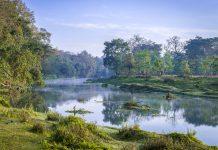 Flußlandschaft bei Sonnenaufgang im Royal Chitwan Nationalpark in Nepal - © Jacek_Kadaj / Shutterstock