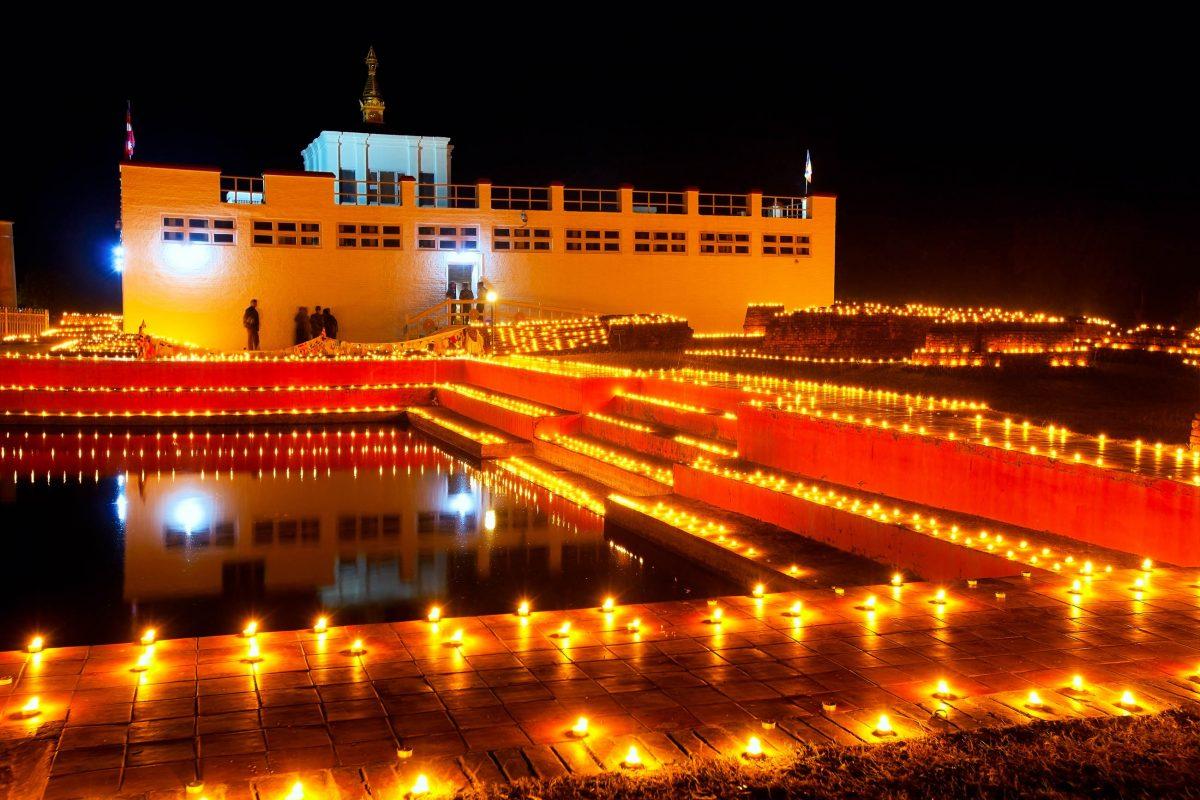 84.000 Kerzen beleuchten den Maya Devi Tempel in Lumbini, jenen Ort, an dem einst Buddha geboren wurde - © Nataiki / Shutterstock