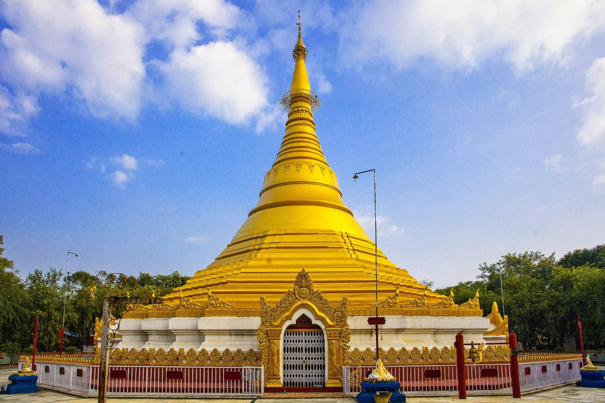 Die goldene Lokamani Cula Pagode vertritt in der Tempelstadt Lumbini in Nepal das Land Myanmar - © Alexandra Lande / Shutterstock