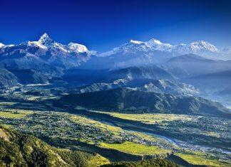 Pokhara, die drittgrößte Stadt Nepals, wird von einer atemberaubenden Landschaft am Fuß des Himalaya umgeben - © MoLarjung / Shutterstock