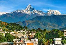 Pokhara liegt etwa 200km westlich der nepalesischen Hauptstadt Kathmandus am Ufer des idyllischen Phewa-Sees und zählt zu den wichtigsten Sehenswürdigkeiten Nepals - © Pichugin Dmitry / Shutterstock