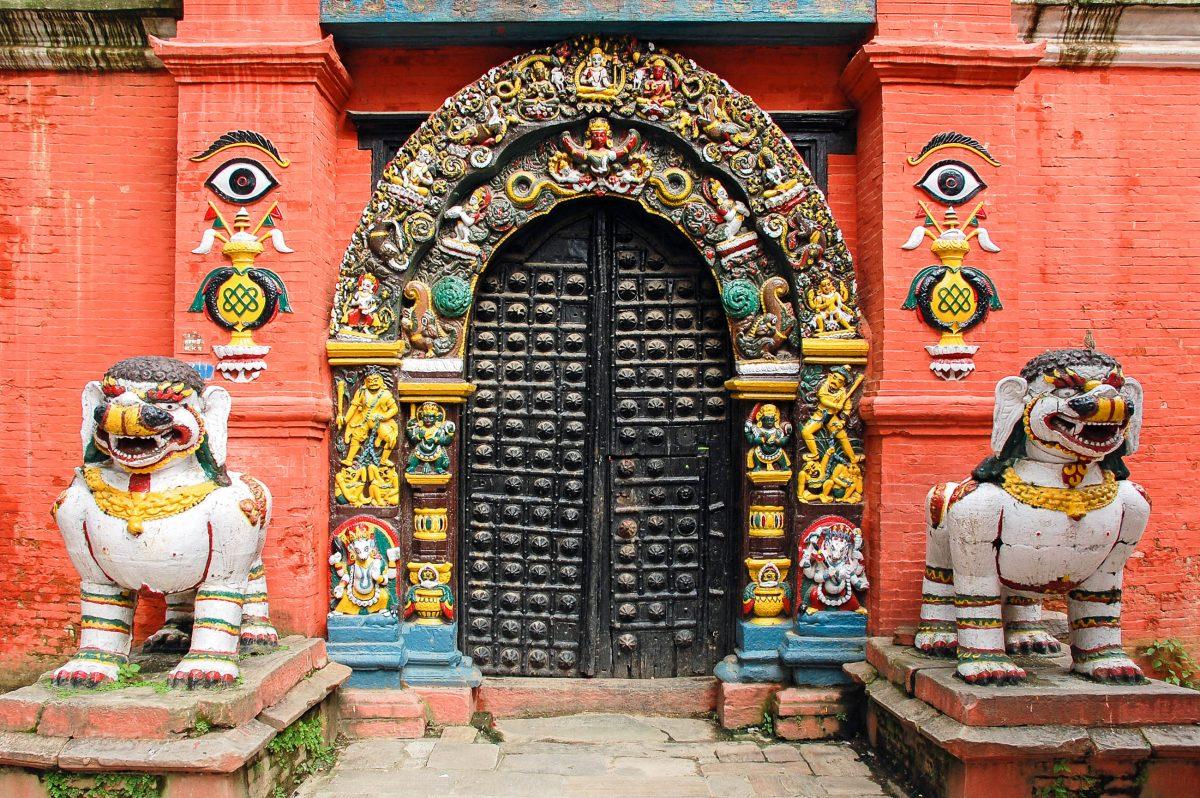 Tempeleingang am Durbar Square in Kathmandu, Nepal - © shin / Shutterstock