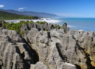 """Als Pancake Rocks (""""Pfannkuchenfelsen"""") werden die bizarren Felsformationen im Paparoa-Nationalpark auf der Südinsel Neuseelands bezeichnet - © ezk / franks-travelbox"""