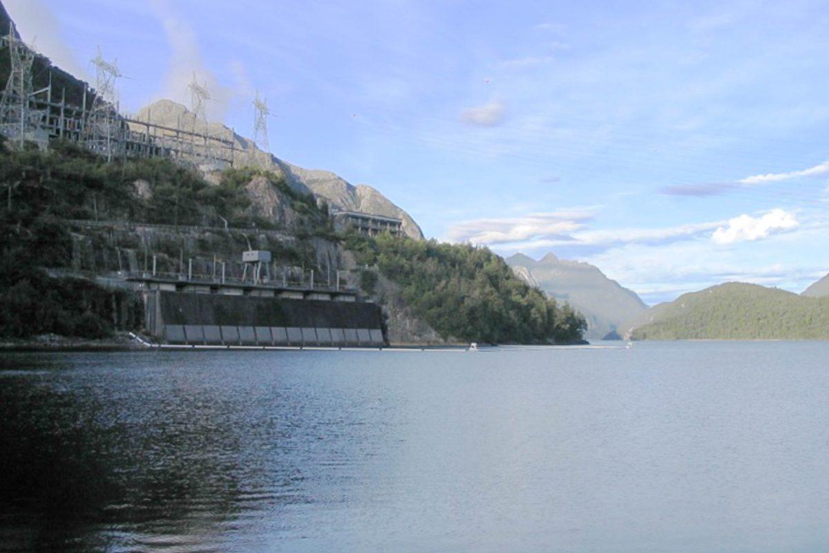 Am westlichen Ufer des Lake Manapouri liegt mit dem Manapouri-Kraftwerk das größte Kavernen-Kraftwerk von Neuseeland - © Sendervictorius CC BY-SA3.0/Wiki