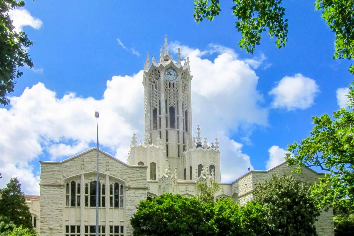 Als größte Universität von Neuseeland ist die Auckland University an der Princes Street mit ihrem markanten Uhrturm schon von weitem sichtbar - © FRASHO / franks-travelbox