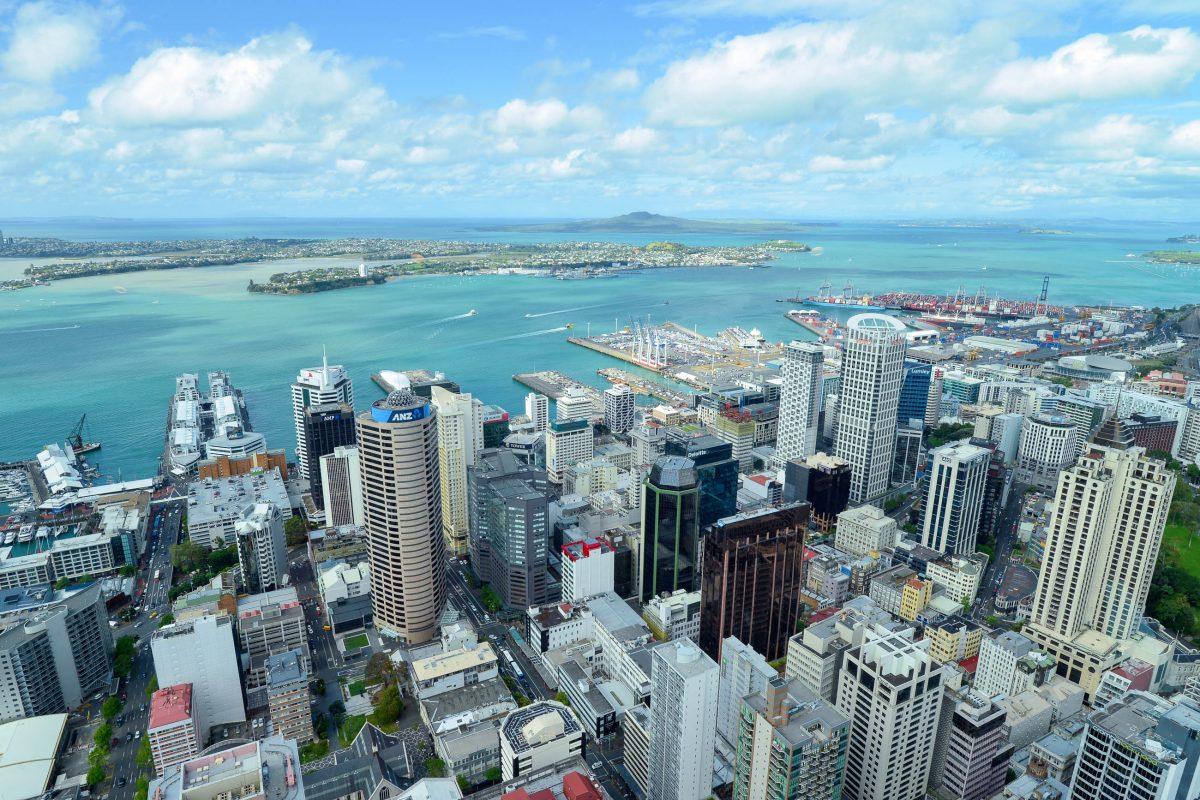Blick vom Sky Tower auf über die Skyline und den Hafen von Auckland, Neuseeland - © FRASHO / franks-travelbox