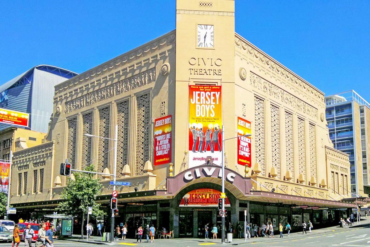 """Das Civic Theatre in Auckland, Neuseeland, ist mit seinem prunkvollen Innenraum eines der sieben """"atmospheric theatres"""" außerhalb der USA - © ChewyPineapple CC BY-SA3.0/Wiki"""