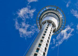 Der Sky Tower im neuseeländischen Auckland ist das Wahrzeichen der Stadt und mit einer Höhe von 328 Metern der weltweit höchste Turm südlich des Äquators - © Johan Larson / Fotolia