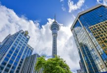 Der Sky Tower in Auckland fungiert als Fernmeldeturm und gleichzeitig als Wahrzeichen der Stadt, Neuseeland - © FRASHO / franks-travelbox
