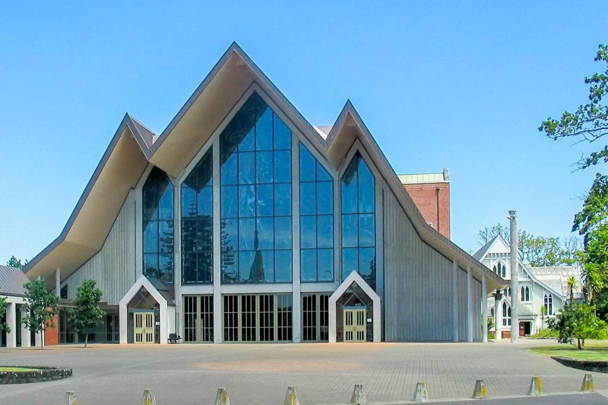 Die anglikanische Holy Trinity Cathedral in Parnell, einem Vorort von Auckland, Neuseeland, wurde ab dem Jahr 1957 errichtet - © Alan Liefting PD/Wiki