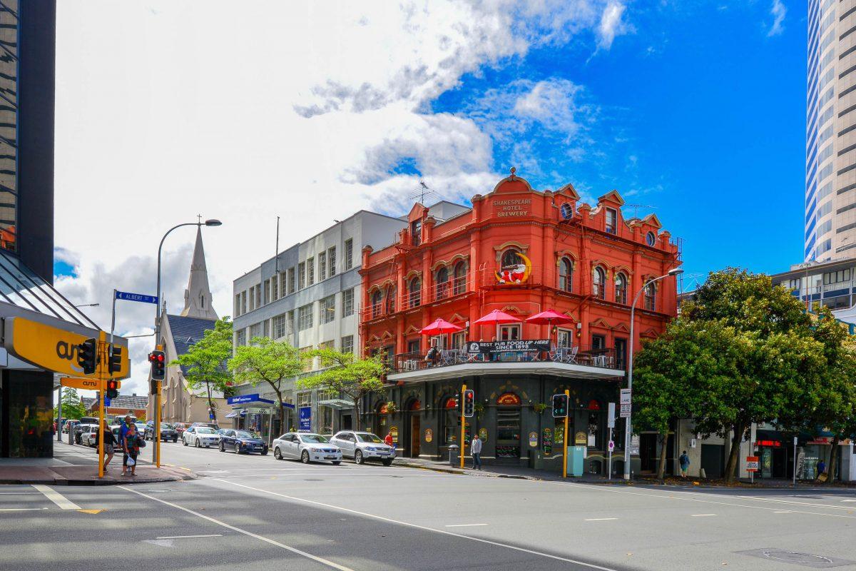 Die Ecke Wyndham Street und Albert Street in Auckland, Neuseeland, ist durch das markante rote Gebäude der Shakespeare Hotel and Brewery nicht zu verfehlen - © FRASHO / franks-travelbox