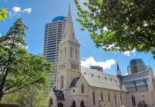 Mit ihrem spitzen Turm fällt die St. Patrick's Church an der Wyndham Street im Zentrum von Auckland, Neuseeland, schon von weitem ins Auge - © FRASHO / franks-travelbox