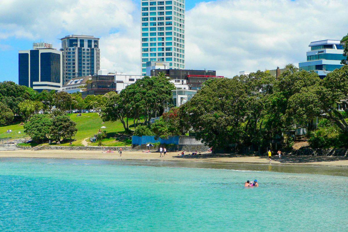 Rund 15 Autominuten von Aucklands Zentrum entfernt kann der Takapuna Beach mit hellem Sand und ruhigem, türkisblauem Meer aufwarten, Neuseeland - © Sandy Austin CC BY 2.0/Wiki