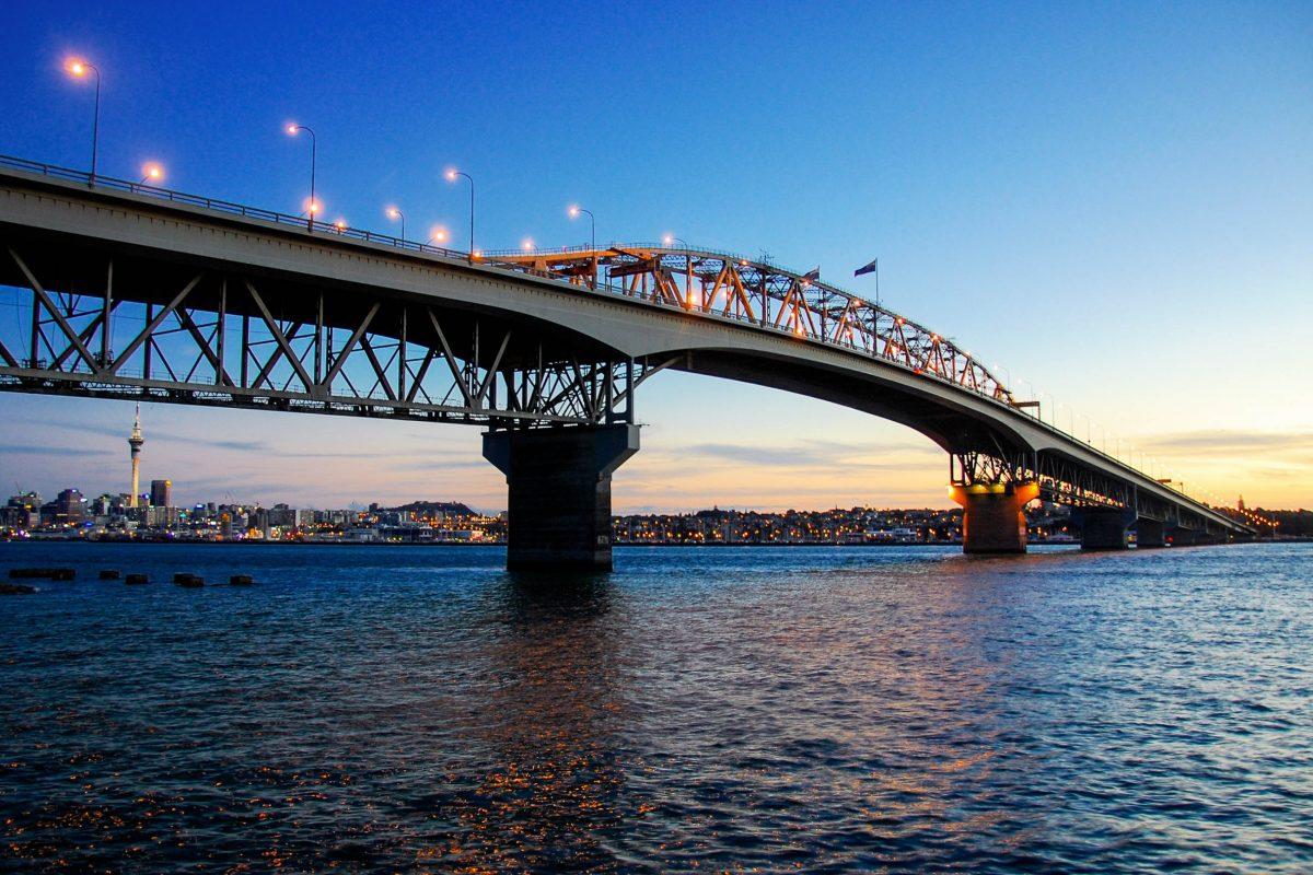 Vor allem in der Nacht ist die malerische Bucht von Auckland mit tausenden Segelbooten und der markanten Harbour Bridge ein prachtvoller Anblick, Neuseeland - © Stephen Witherden CC BY2.0/Wiki