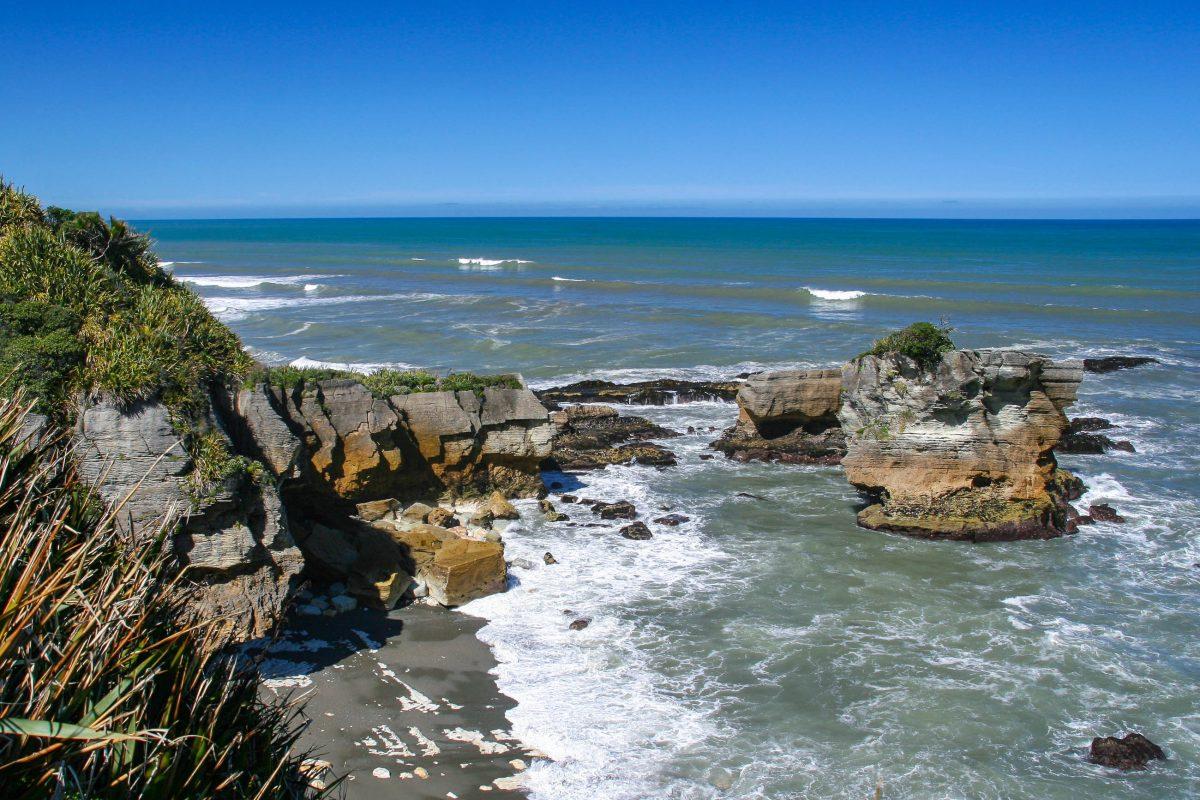 Aus sicherer Entfernung kann man in die tosenden und schmatzenden Brandungslöcher hinabschauen und die Pancake Rocks aus nächster Nähe betrachten, Neuseeland - © ezk / franks-travelbox