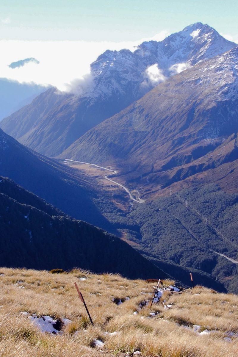Blick auf den 1866 erstmals eröffneten Arthur's Pass vom Avalanche Peak Track, Neuseeland - © Karsten Sperling CC BY-SA2.0/Wiki