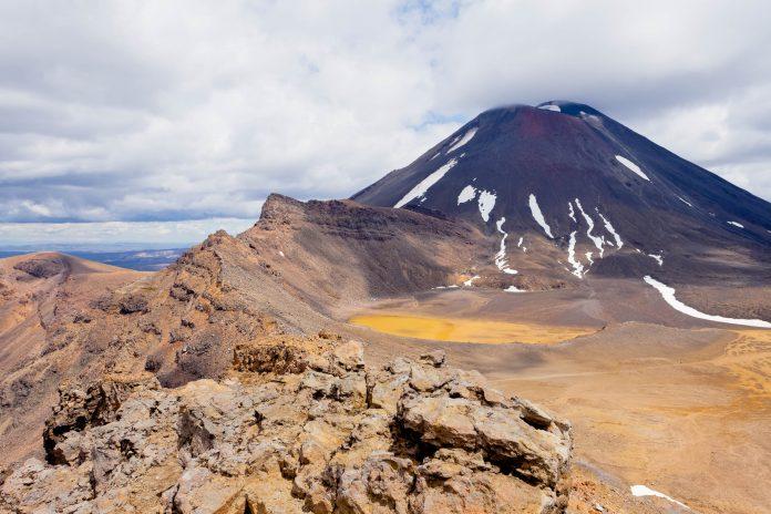 Blick auf den aktiven Vulkan Kegel des Mount Ngauruhoe im Tongariro Nationalpark, Neuseeland - © Pi-Lens / Shutterstock