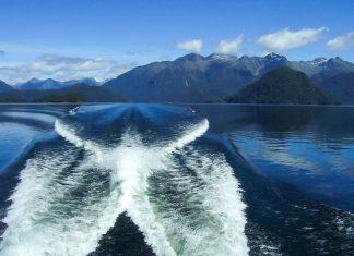 Bootstouren per Kajak, Motorboot, Ruderboot oder Segler zählen zu den beliebtesten Aktivitäten am Lake Manapouri, Neuseeland - © Aaron Nicholson PD / Wiki