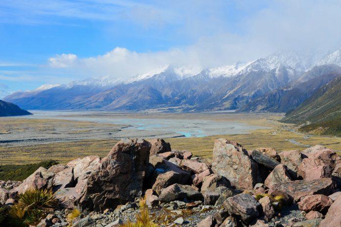 Das spektakuläre Tasman Glacier Valley im Mount Cook Nationalpark führt noch zum höchsten Berg und längsten Gletscher Neuseelands - © FRASHO / franks-travelbox