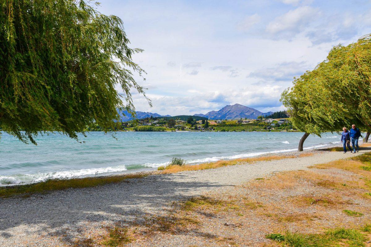 Der baumbestandene Kiesweg an der Uferpromenade des Lake Wanaka lädt zum Flanieren ein, Neuseeland - © FRASHO / franks-travelbox
