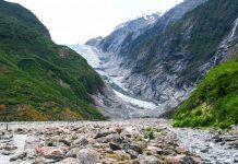 Der etwa 11km lange Franz Josef Gletscher reicht von einer Höhe von 3.300 Metern bis auf 300 Höhenmeter an den Meeresspiegel heran, Neuseeland - © ezk / franks-travelbox