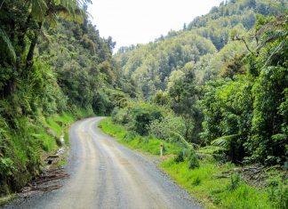 Der Forgotten World Highway verläuft als einsamste Straße Neuseelands inmitten atemberaubender Landschaft und dichter Vegetation - © FRASHO / franks-travelbox