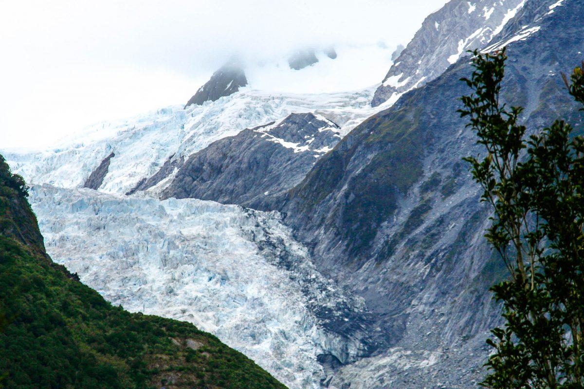 Der Franz Josef Gletscher im Westland Nationalpark Neuseelands bietet Besuchern die einzigartige Gelegenheit, die faszinierende Dynamik der Gletscherlandschaft in gemäßigtem Klima zu erleben - © ezk / franks-travelbox