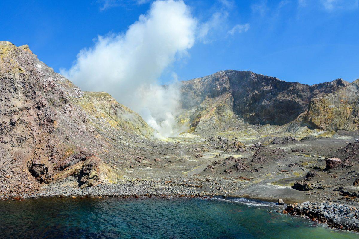Der grün schimmernde Kratersee in der Mitte von White Island, Neuseeland, hat sich zuletzt 2013 bei einem Ausbruch des Vulkans in Luft aufgelöst - © FRASHO / franks-travelbox