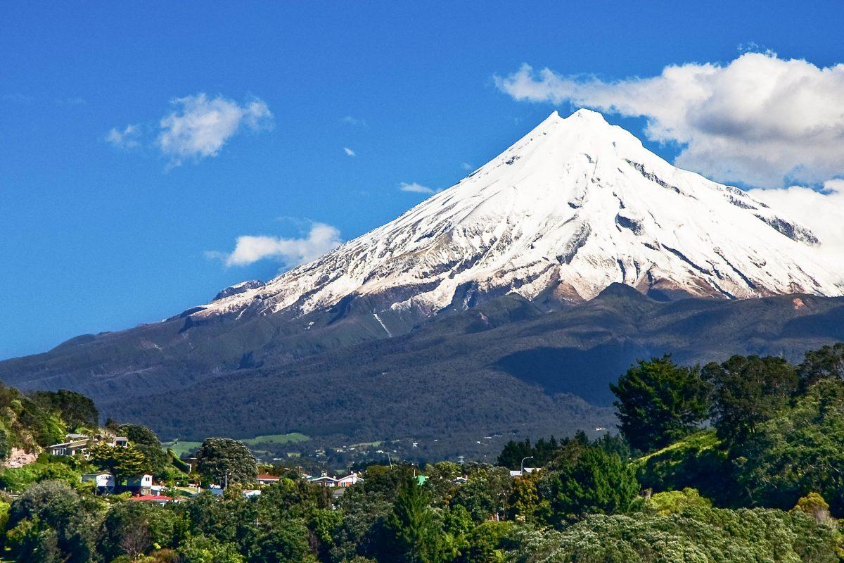 Der Mount Taranaki erreicht eine Höhe von 2.518 Metern und ist ein aktiver, aber schlafender Vulkan an der Westküste von Neuseelands Nordinsel - © bartuchna@yahoo.pl / Shutterstock