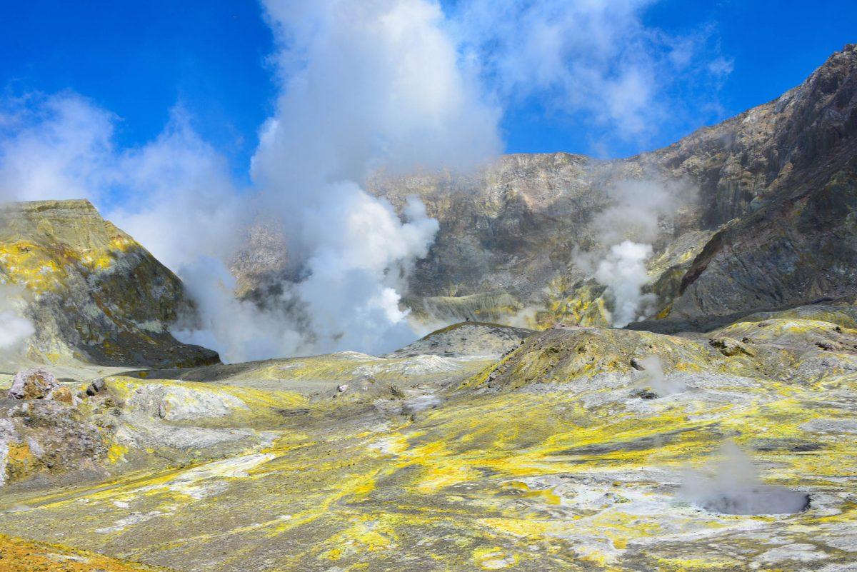 Der Schwefel auf White Island macht sich als giftgelbe Ablagerungen auf dem schwarzen Vulkangestein bemerkbar, Neuseeland - © FRASHO / franks-travelbox