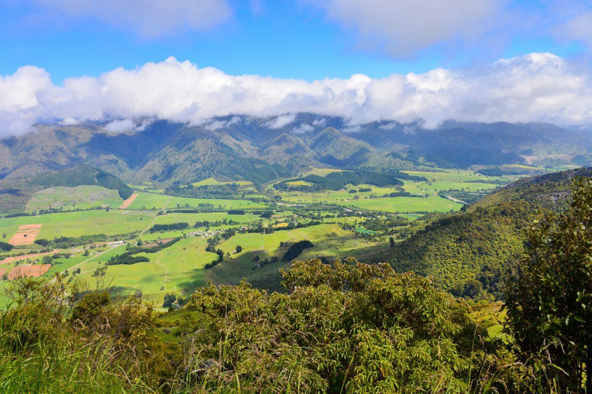 Der Takaka Hill ist mit Aussichtspunkten regelrecht gespickt, die herrliche Rundumblicke auf das Hinterland von Takaka bieten, Neuseeland - © FRASHO / franks-travelbox