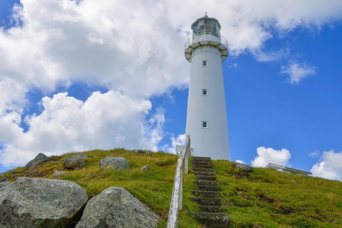 Die äußerste Spitze des Cape Egmont am Surf Highway im Westen Neuseelands markiert ein 20m hoher, schneeweißer Leuchtturm - © FRASHO / franks-travelbox