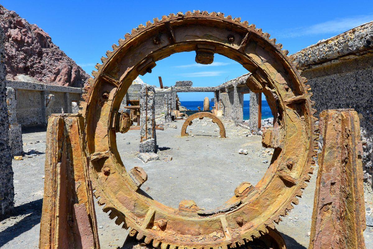 Die Bergbau-Maschinen und -Gerätschaften der Schwefelminen ragen auf White Island heute noch als unheimliche Skelette aus dem schwarzen Gestein, Neuseeland - © FRASHO / franks-travelbox