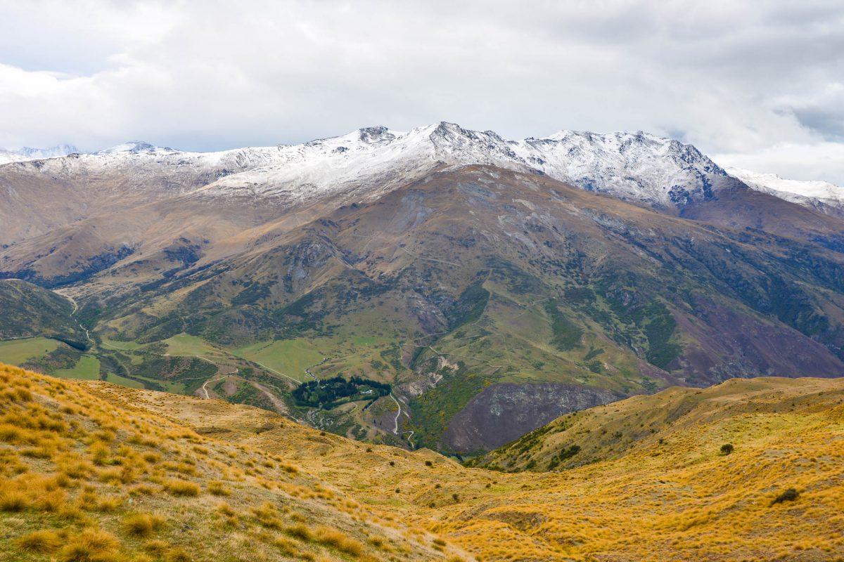 Die Crown Range Road bietet herrliche Ausblicke auf die Gipfel der Crown Range im Norden von Queenstown, Neuseeland - © FRASHO / franks-travelbox