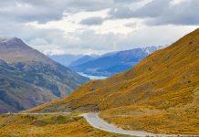 Die Crown Range Road zwischen Lake Wakatipu und Lake Wanaka ist die höchstgelegene Hauptstraße Neuseelands - © FRASHO / franks-travelbox