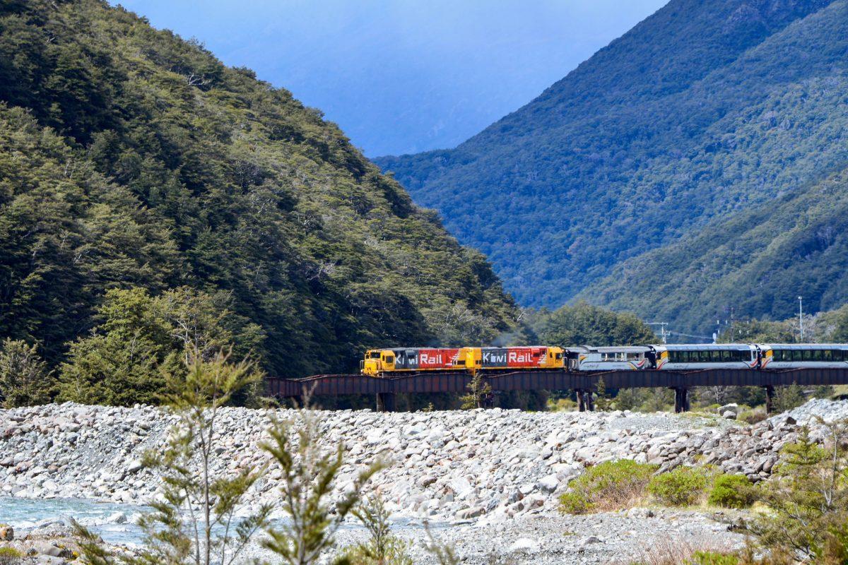 Die Fahrt durch den Arthur's Pass Nationalpark ist mit der Bahnlinie TranzAlpine besonders reizvoll, Neuseeland - © FRASHO / franks-travelbox