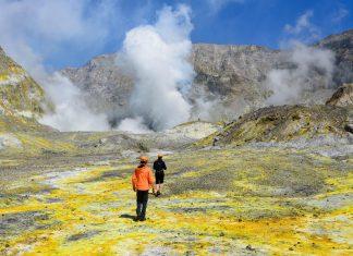 """Die kleine Insel White Island in der """"Bay of Plenty"""" ist ein 321m hoher aktiver Vulkan, dessen Schlot aus nächster Nähe besichtigt werden kann, Neuseeland - © FRASHO / franks-travelbox"""