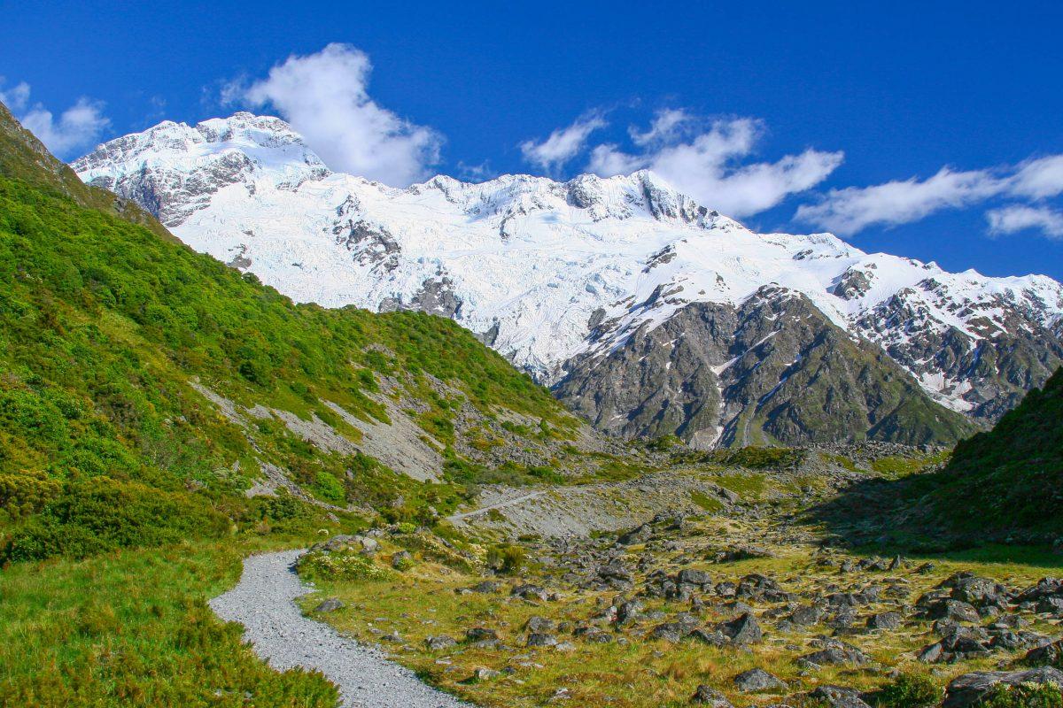Die Landschaft das Mount Cook Nationalparks ist geprägt von schroffen Bergflanken, schneebedeckten Gipfeln und sanften grünen Bergwiesen, Neuseeland - © ezk / franks-travelbox
