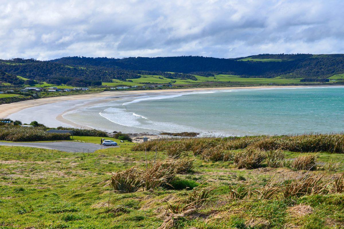 Die malerische Curio Bay in den Catlins lockt das ganze Jahr über zahlreiche Touristen an ihren idyllischen Sandstrand, Neuseeland - © FRASHO / franks-travelbox