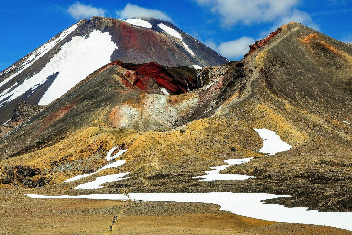 Die Tongariro-Alpine-Crossing-Tour führt zu den spektakulären Gipfeln des Ngauruhoe und des Tongariro im Tongariro-Nationalpark in Neuseeland - © Tim90 / Shutterstock