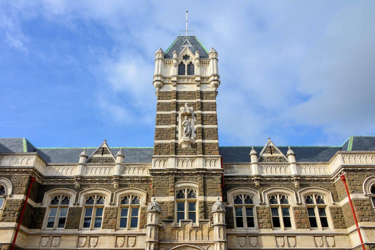 An der Ecke zur Castle Street direkt vor dem Bahnhof fällt das Oamaru-Stone-Gebäude des Gerichtshofs von Dunedin auf, Neuseeland - © FRASHO / franks-travelbox