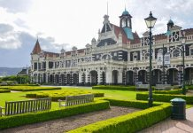 Das historische Bahnhofsgebäude von Dunedin zählt zu den schönsten und bekanntesten Bauwerken Neuseelands - © FRASHO / franks-travelbox