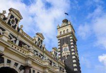 Das millionenfach fotografierte Bahnhofsgebäude im Zentrum von Dunedin zeugt heute noch von der einstigen Bedeutung für den Schienenverkehr Neuseelands - © FRASHO / franks-travelbox