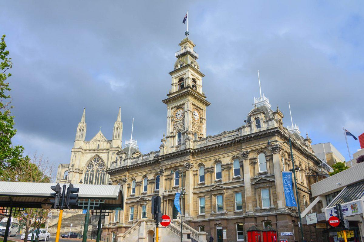 Das Zentrum von Dunedin am Octagon wird von der anglikanischen St. Pauls Kathedrale und dem weithin sichtbaren Rathaus dominiert, Neuseeland - © FRASHO / franks-travelbox