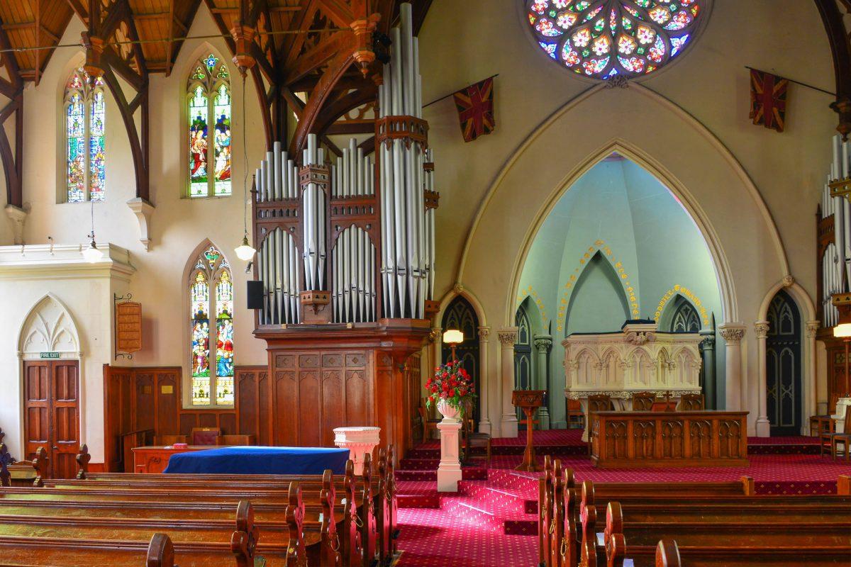 Der großzügige Innenraum der First Church of Otago in Dunedin, Neuseeland, bietet heute rund 1000 Gläubigen Platz - © FRASHO / franks-travelbox